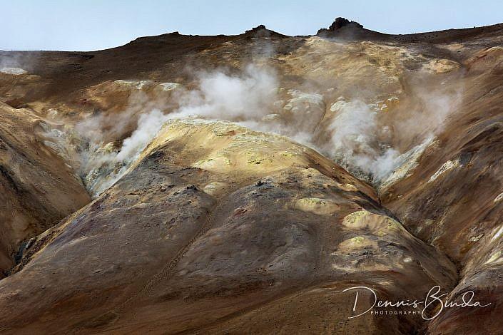 Hverir is een gebied met hete bronnen in het noorden van IJsland. Hverir betekent in het IJslands dan ook hete bronnen. Het ligt even oostelijk van het M?vatn meer ongeveer 6 kilometer ten zuiden van het Krafla gebied vlak bij de bergpas N‡maskar?. Het pastelkleurige gebied is een van de grootste solfatarenvelden van IJsland. Het ligt daar bezaaid met stoompluimen, solfataren, fumarolen en kokende modderpotten van diverse afmetingen. Een klim naar de met zwavel bepoederde top van de N‡mafjall berg (432 meter) levert een panoramisch vergezicht op. Hverir ligt direct naast de ringweg van IJsland en is derhalve gemakkelijk bereikbaar.